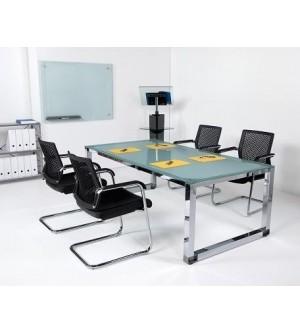 Mesa de reuniones de cristal las patas cromadas.